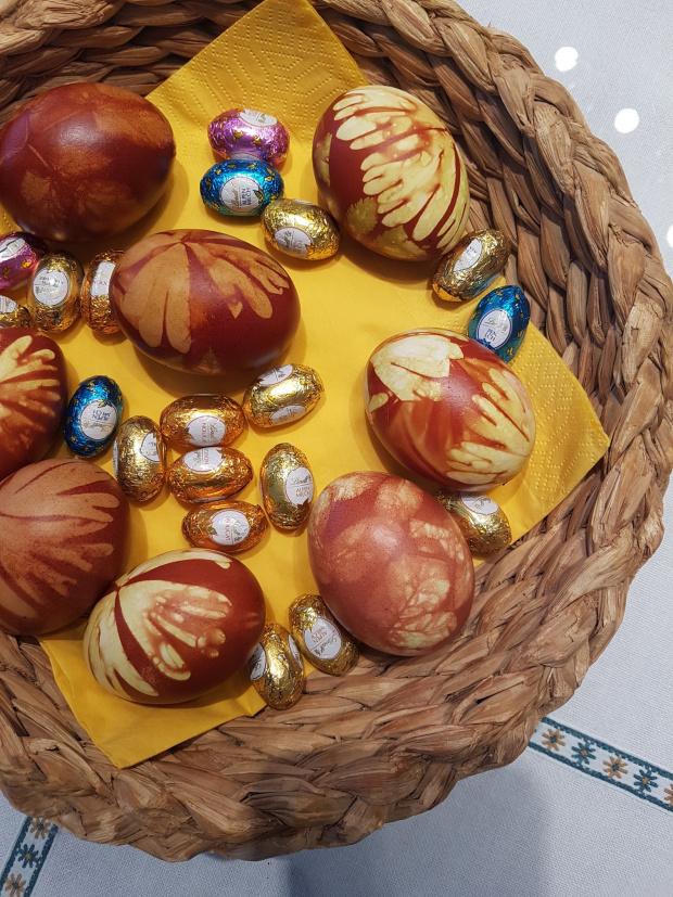 Eier faerben natuerlich mit Zwiebeln